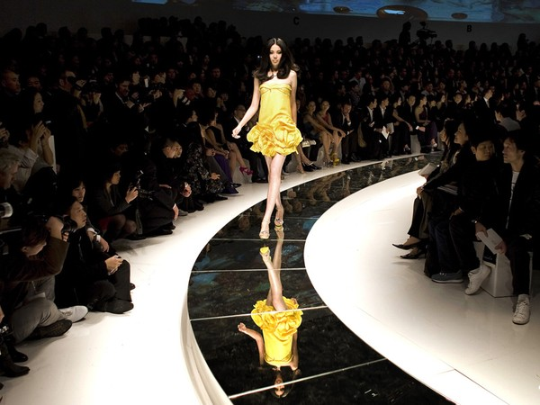 58770_versace_fashion_show_1CIia_600x0